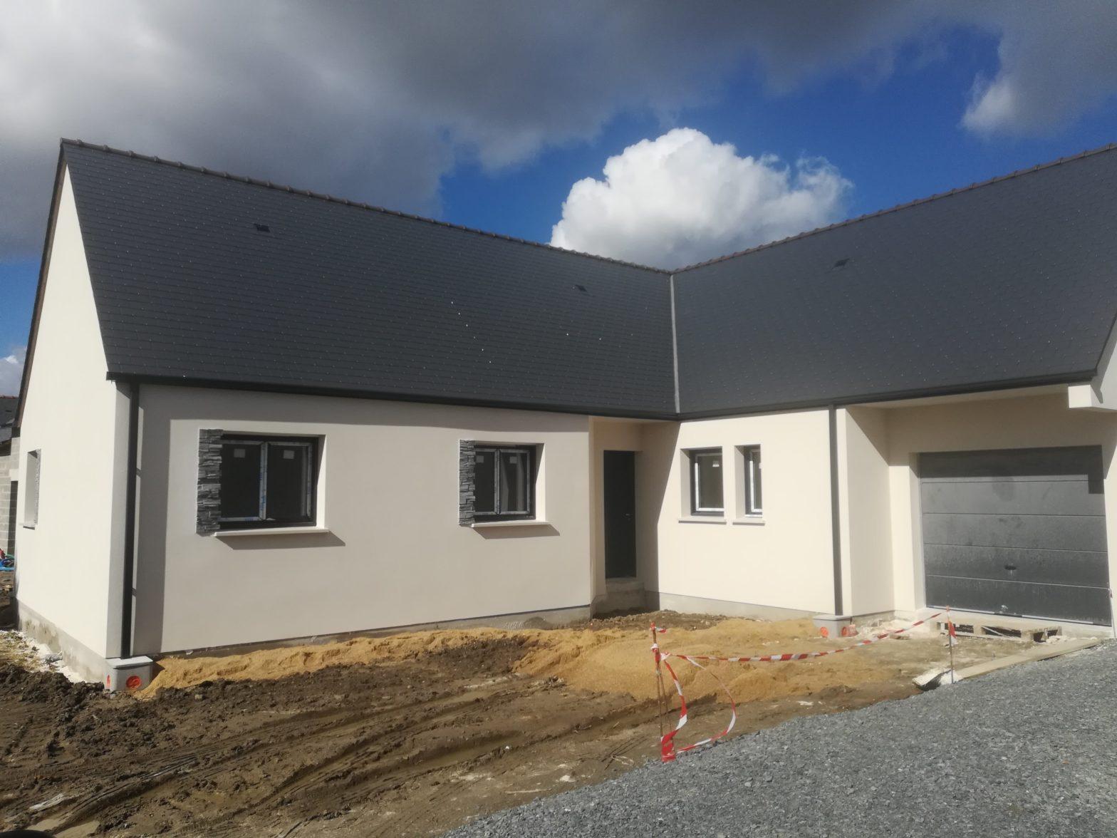 maison de plain-pied avec une toiture ardoise verriere en anjou-saint-sylvain-d'anjou-49112