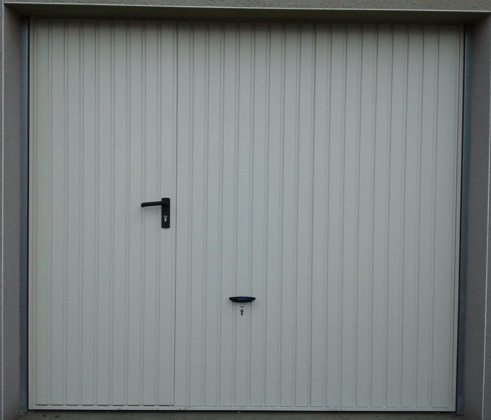 menuiserie-exterieure-porte-de-garage-basculante-avec-portillon-blanc-49-beaucouze