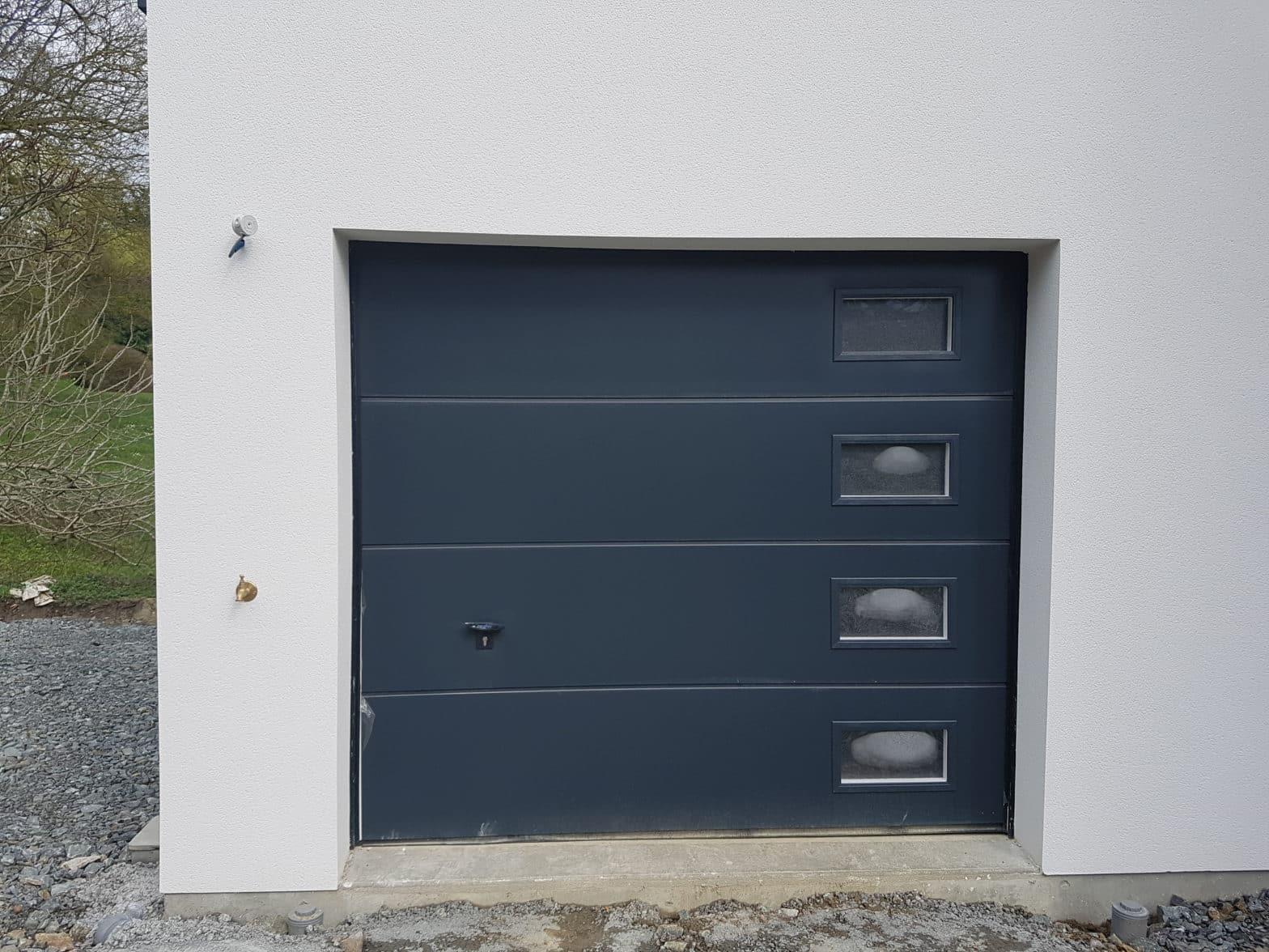 Porte de garage sectionnelle, 7016 gris avec hublots à Beaucouzé